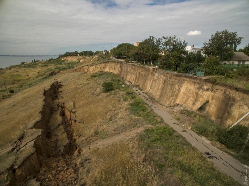 picturepicture_35684698196877_36625 Под Одессой сошел гигантский оползень - рухнула асфальтная дорога вместе электроопорами