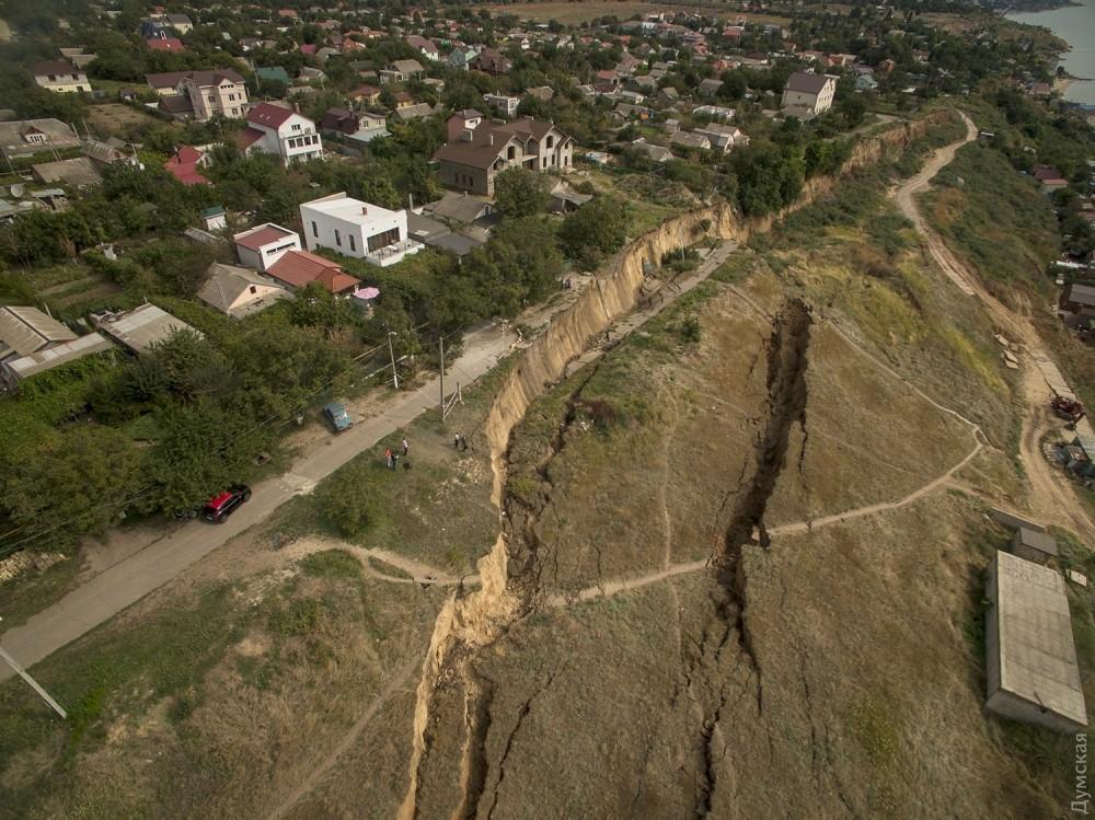 picturepicture_50743196196873_15870 Под Одессой сошел гигантский оползень - рухнула асфальтная дорога вместе электроопорами