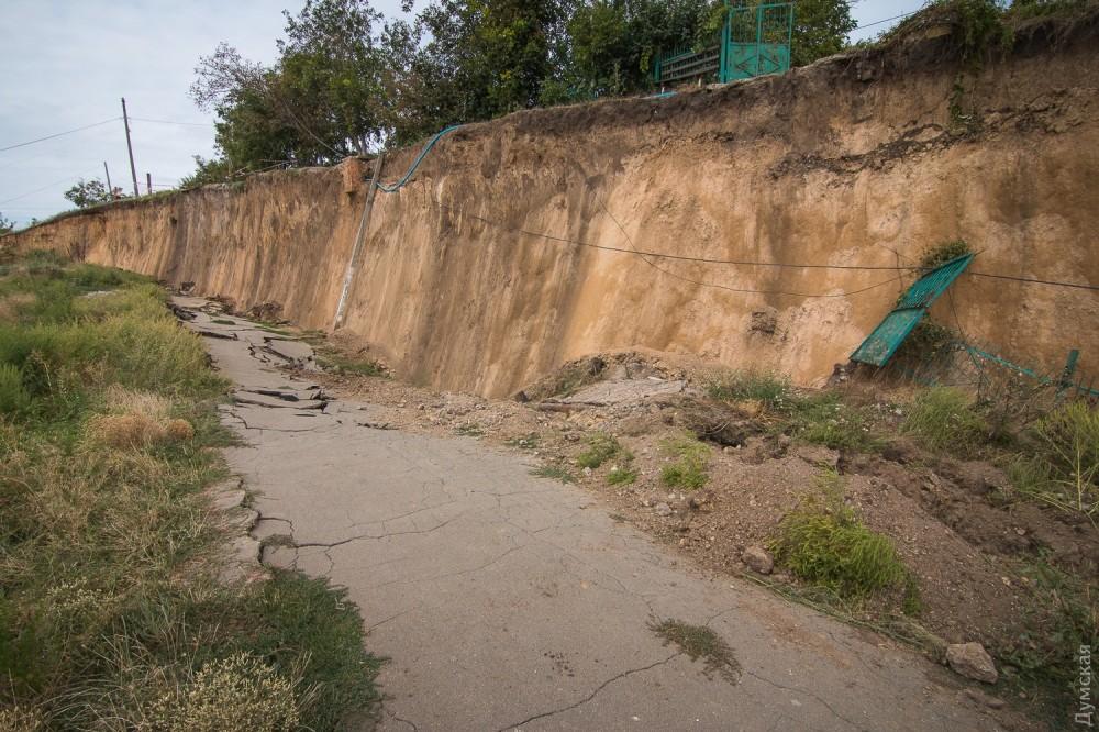 picturepicture_74564568196889_99555 Под Одессой сошел гигантский оползень - рухнула асфальтная дорога вместе электроопорами