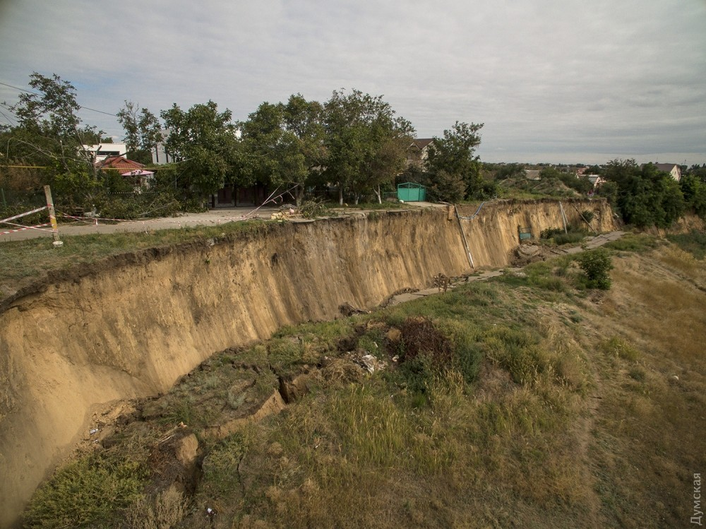 picturepicture_79932302196875_59721 Под Одессой сошел гигантский оползень - рухнула асфальтная дорога вместе электроопорами