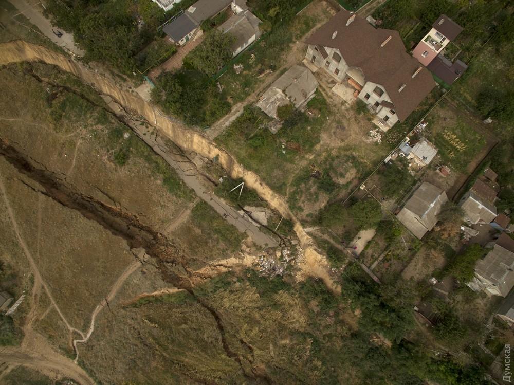 picturepicture_89130624196880_64925 Под Одессой сошел гигантский оползень - рухнула асфальтная дорога вместе электроопорами