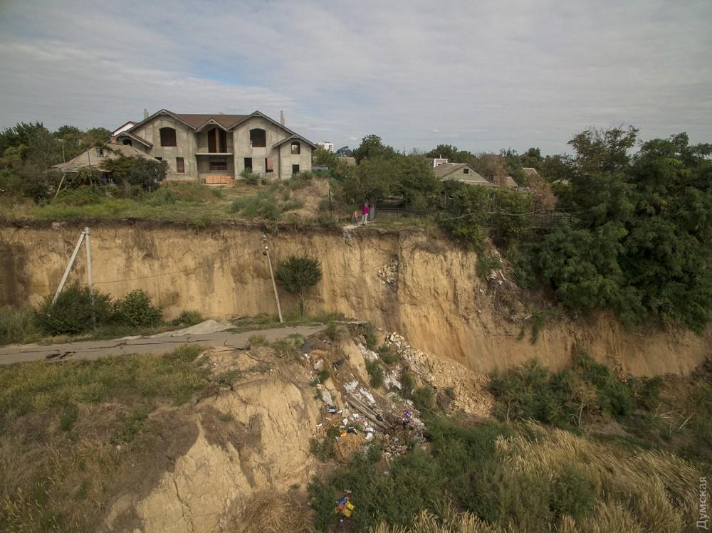 picturepicture_98661521196876_21808 Под Одессой сошел гигантский оползень - рухнула асфальтная дорога вместе электроопорами