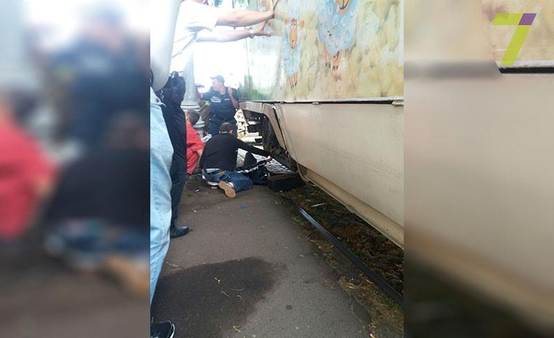 2-17 Сегодня утром в Одессе трамвай отрезал девушке обе ноги