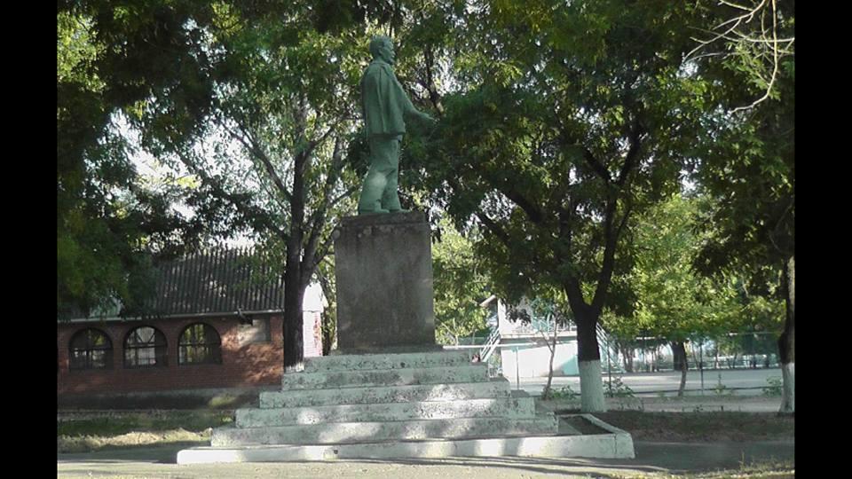 В селе Болградского района до сих пор почитают Вождя: берегут и подкрашивают запрещенные памятники