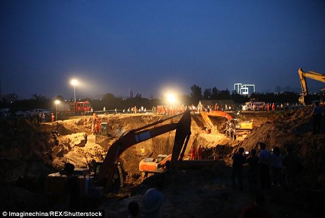 43DCDC0700000578-4848482-image-m-82_1504449306135 В Китае упавшего в глубокий колодец годовалого мальчика спасали десятки экскаваторов
