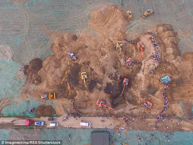 43DCDC0E00000578-4848482-image-m-74_1504449023124 В Китае упавшего в глубокий колодец годовалого мальчика спасали десятки экскаваторов