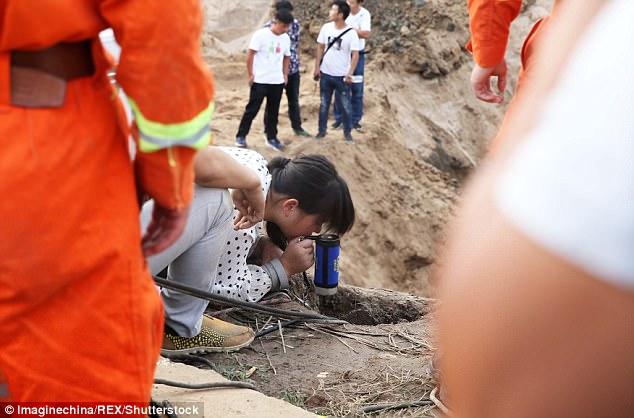 43DCDC1200000578-4848482-image-m-76_1504449044295 В Китае упавшего в глубокий колодец годовалого мальчика спасали десятки экскаваторов