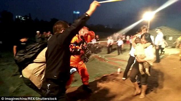 43DCDC1E00000578-4848482-image-m-79_1504449158113 В Китае упавшего в глубокий колодец годовалого мальчика спасали десятки экскаваторов