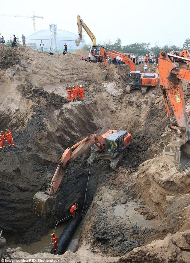 В Китае упавшего в глубокий колодец годовалого мальчика спасали десятки экскаваторов