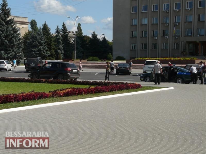 59ba4ae3c4c5f_P1090129 Измаил: в результате аварии автомобиль выбросило на площадь Победы
