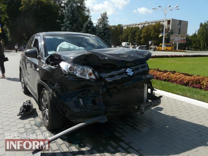 59ba4ae88342e_P1090133 Измаил: в результате аварии автомобиль выбросило на площадь Победы