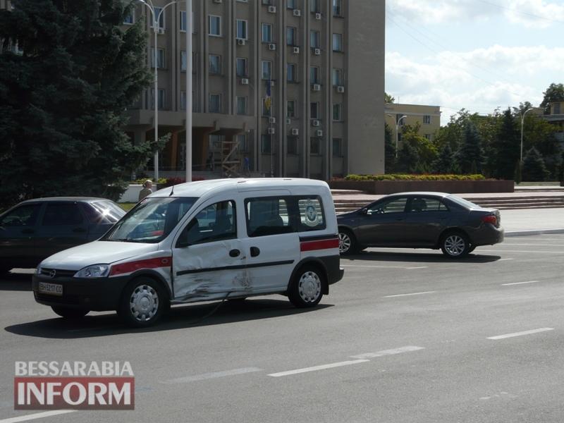 59ba4aeaf0c21_P1090136 Измаил: в результате аварии автомобиль выбросило на площадь Победы