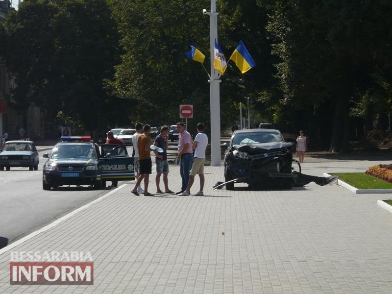 59ba4aed4147f_P1090137 Измаил: в результате аварии автомобиль выбросило на площадь Победы