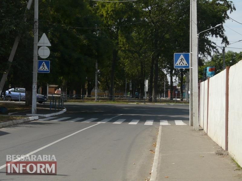 В Измаиле на подходе к одной из школ нет тротуаров - дети вынуждены идти по проезжей части