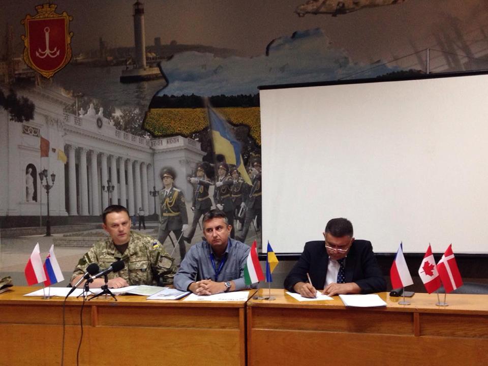 imgbig-13 Александр Терещук на брифинге с военными наблюдателями говорил о тяжелой ситуации на востоке страны