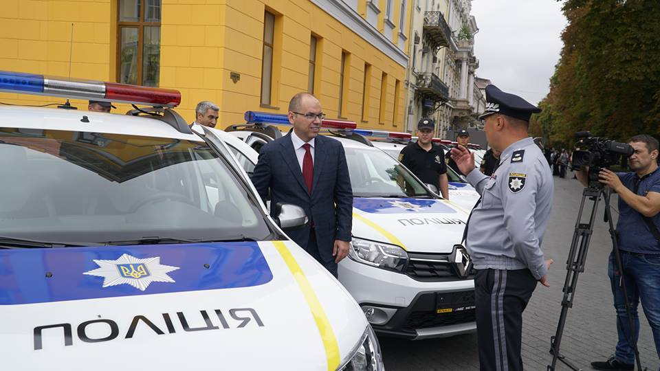 Полицейские «бэтмены» Одесчины получили «крылья»: Максим Степанов передал правоохранителям 77 новых автомобилей