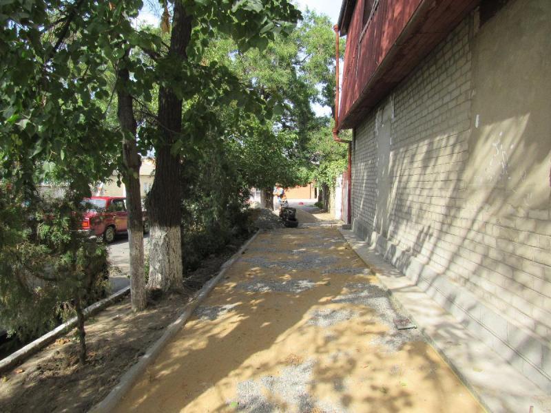 Для комфорта пешеходов: в Белгороде-Днестровском тротуары выкладывают плиткой