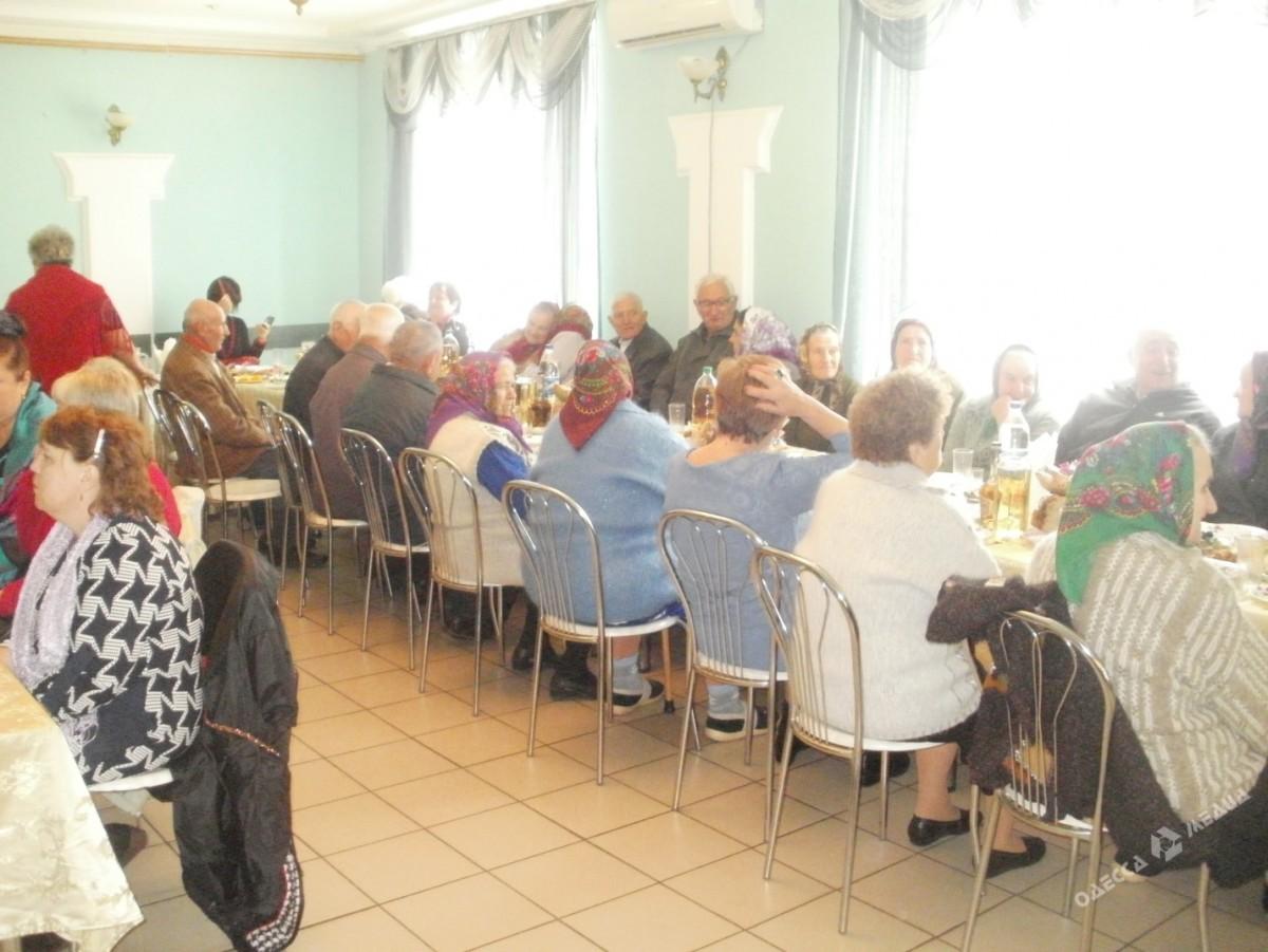 07eb413d530524e83cc4fd3dbb452428 В шумном зале ресторана: в селе Саратского района для пожилых людей устроили шикарный праздник