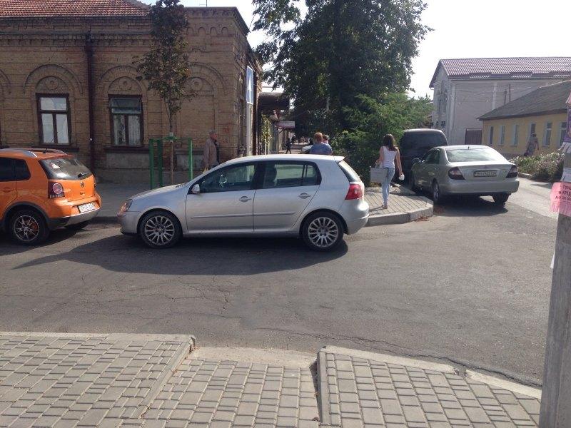 С молчаливого согласия дорожной полиции в Измаиле продолжают массово игнорировать правила парковки