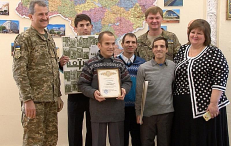 59e3133b3c76b Воспитанники Белгород-Днестровского дома-интерната подготовили для военнослужащих в АТО необычный подарок