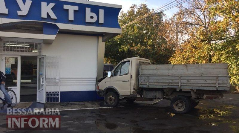 В Измаиле в результате ДТП два автомобиля влетели в продуктовый магазин