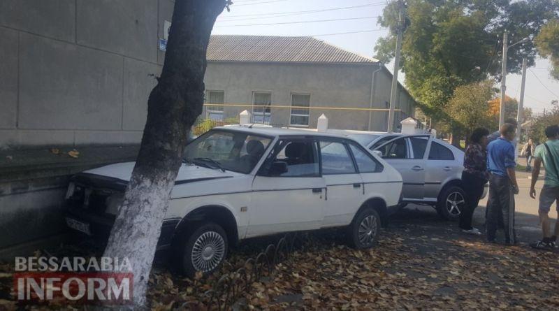 59e9d6b085cc7_43646 В Измаиле напротив ЦРБ два автомобиля врезались в жилой дом