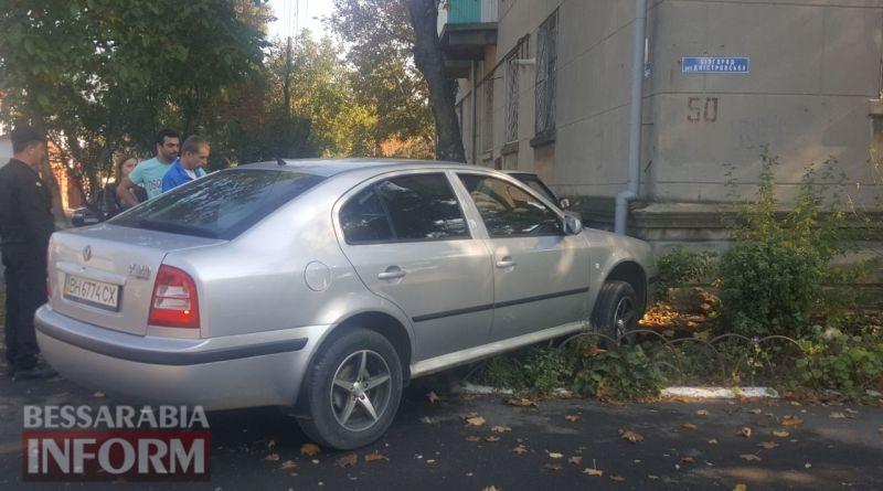 59e9d6b087ffa_4573457 В Измаиле напротив ЦРБ два автомобиля врезались в жилой дом