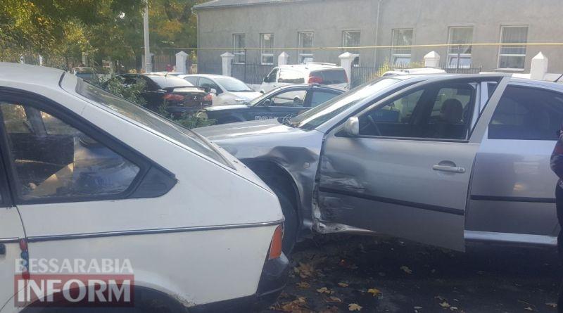 59e9d6b089cf6_7457457 В Измаиле напротив ЦРБ два автомобиля врезались в жилой дом