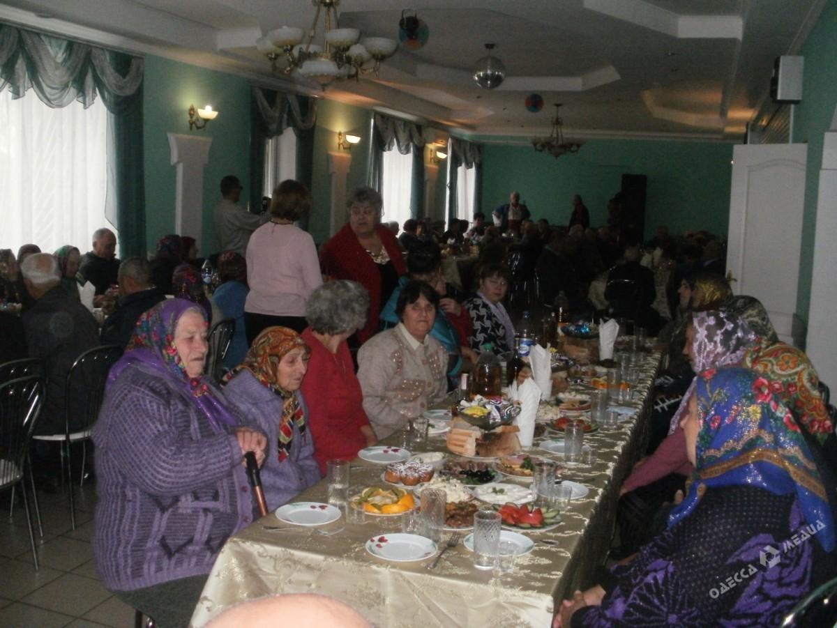 69e10568d58d618dbdb16330356a925b В шумном зале ресторана: в селе Саратского района для пожилых людей устроили шикарный праздник