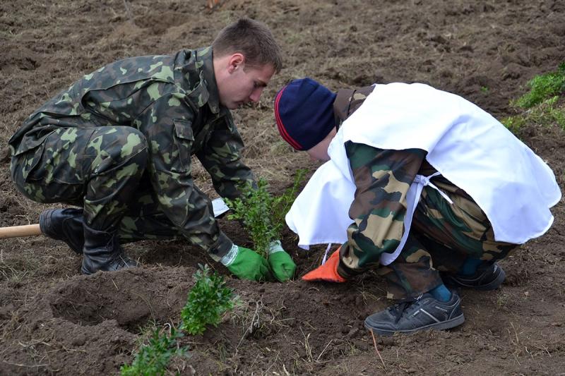 10 В Измаиле сотрудники лесничества и учащиеся Лесной школы в заповедной зоне заложили новый парк