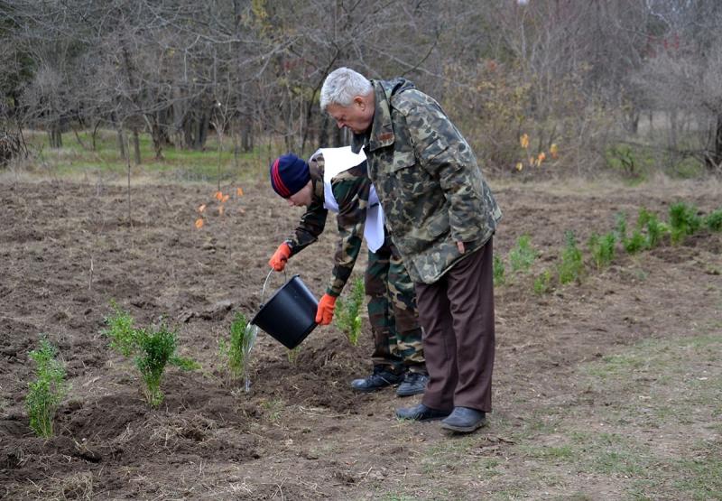 23 В Измаиле сотрудники лесничества и учащиеся Лесной школы в заповедной зоне заложили новый парк