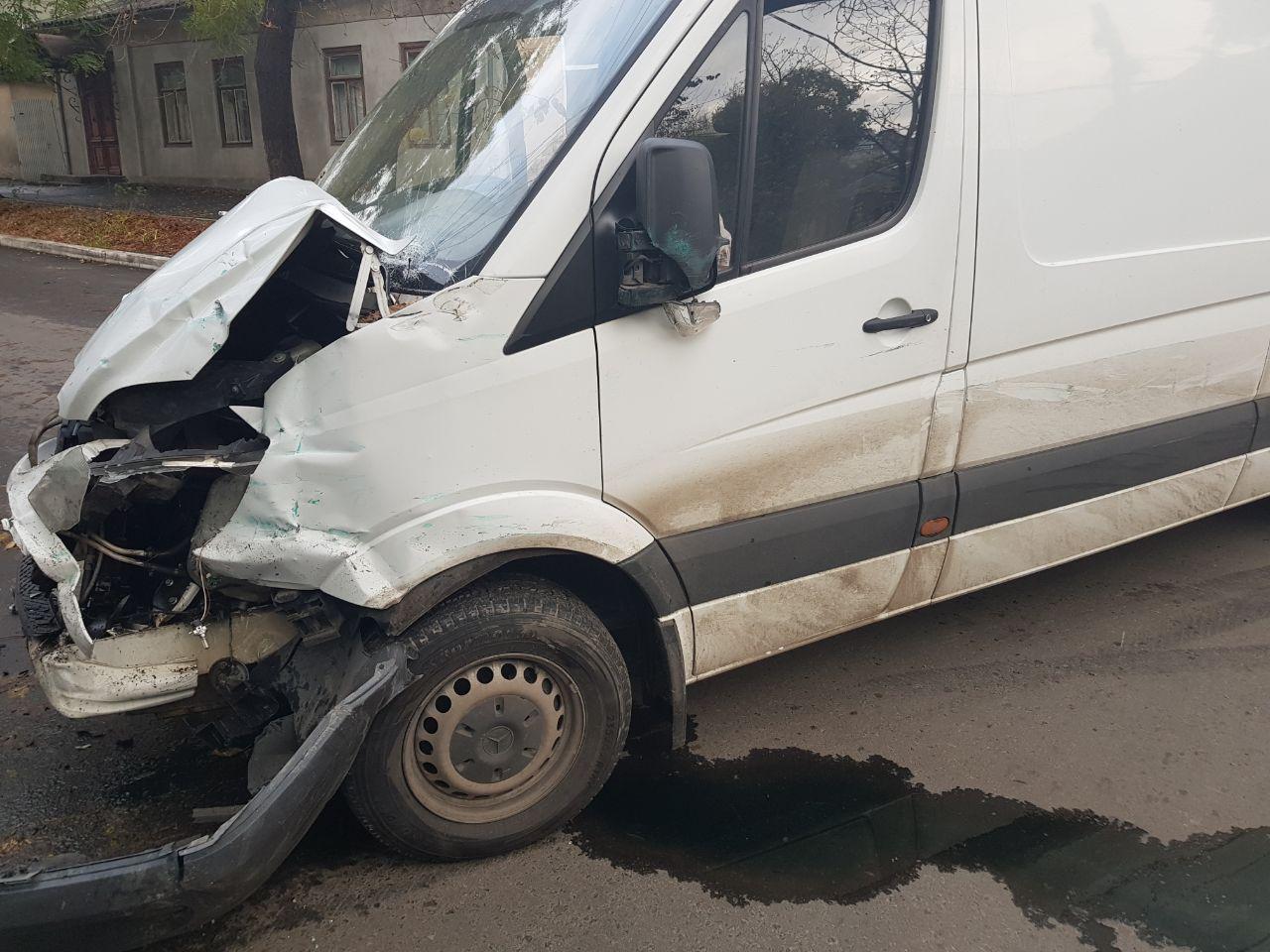 23462347 В Измаиле в результате ДТП микроавтобус вылетел на тротуар