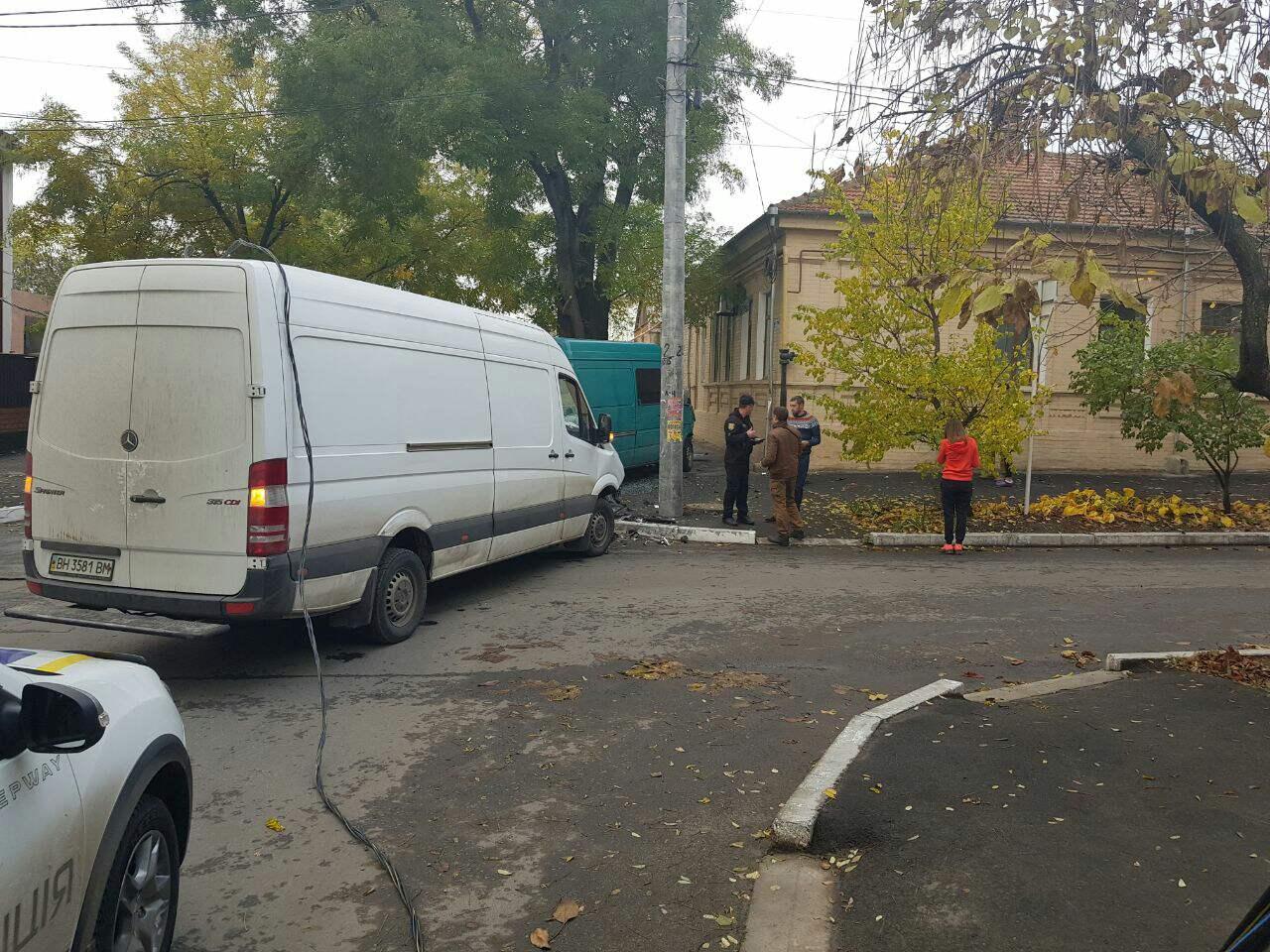 23462436 В Измаиле в результате ДТП микроавтобус вылетел на тротуар