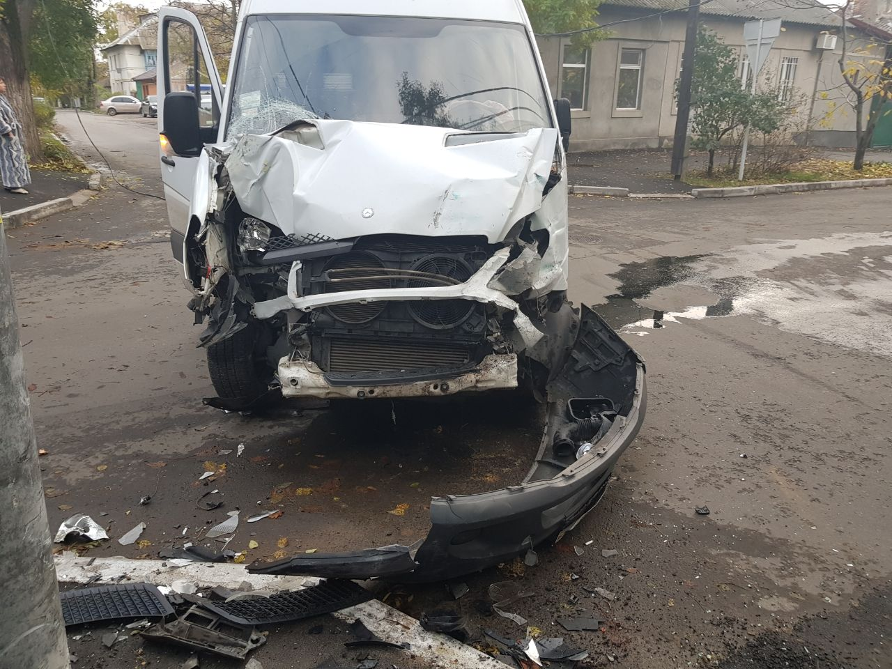23472347 В Измаиле в результате ДТП микроавтобус вылетел на тротуар