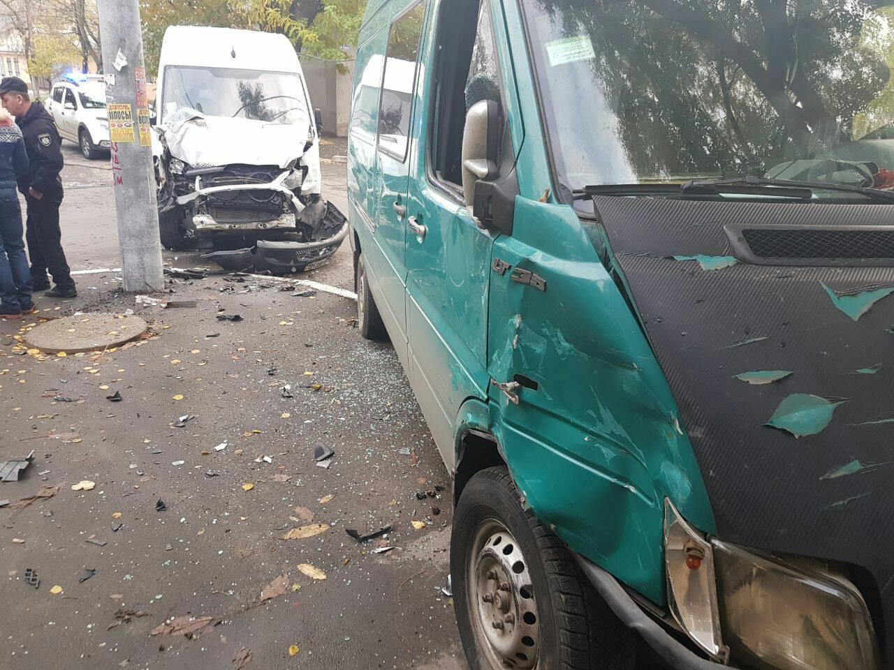32473434 В Измаиле в результате ДТП микроавтобус вылетел на тротуар