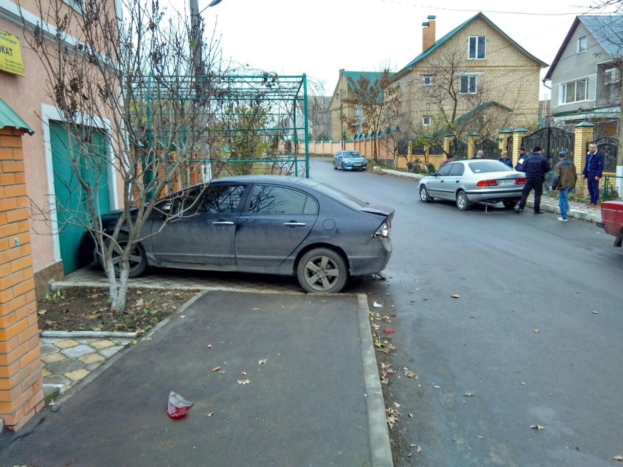 Измаил: на улице Короленко VW протаранил припаркованный возле дома автомобиль