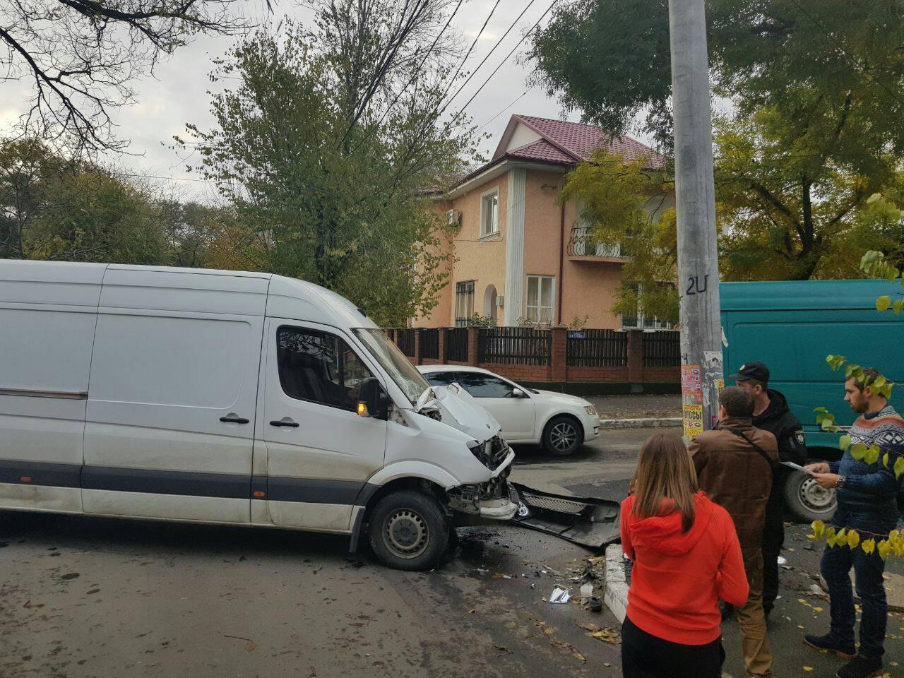 462346 В Измаиле в результате ДТП микроавтобус вылетел на тротуар