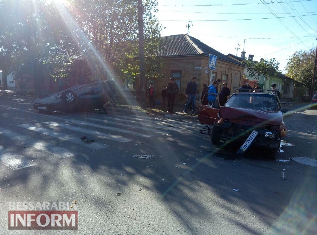 59fb0be187fcb_345734573457 Измаил: на Савицкого в результате ДТП перевернулся автомобиль, есть пострадавшие