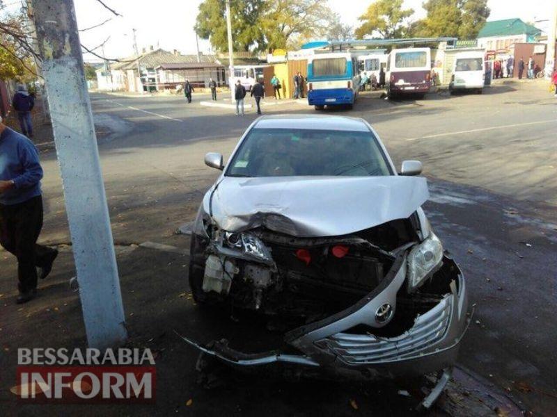 """5a09aa567ee1b_235495322425079314384898734342153n Очередное ДТП возле автовокзала в Измаиле: от удара авто """"влетело"""" в придорожную клумбу"""