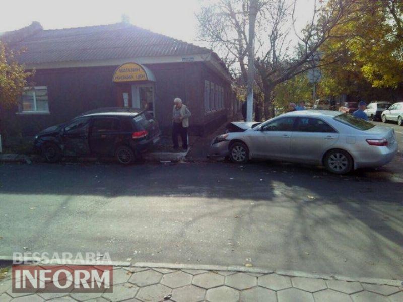 """5a09aa5cd65b1_2358466624250791977182431306711170n Очередное ДТП возле автовокзала в Измаиле: от удара авто """"влетело"""" в придорожную клумбу"""