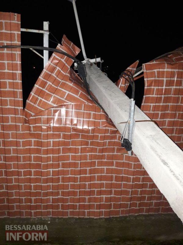 """5a1291a46cfc8_vosrm Минус один столб: прошедшей ночью в Измаиле Mazda """"врезалась"""" в опору ЛЭП"""
