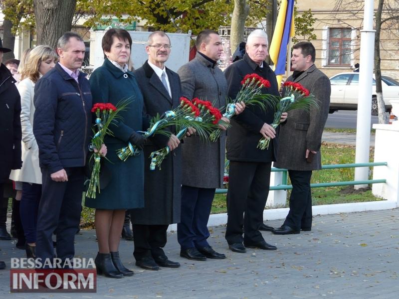 5a13e12c81faa_P1140605 Четвертая годовщина начала Евромайдана: в Измаиле горожане несли цветы к памятнику Кобзарю