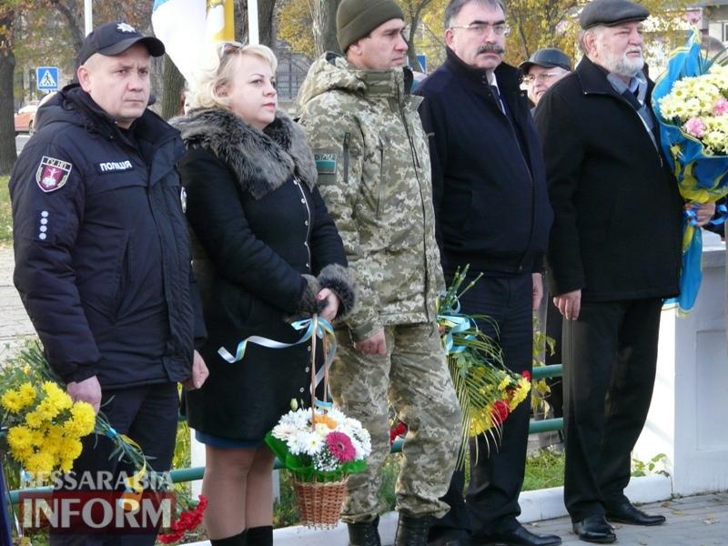 5a13e1300ccc9_P1140606 Четвертая годовщина начала Евромайдана: в Измаиле горожане несли цветы к памятнику Кобзарю