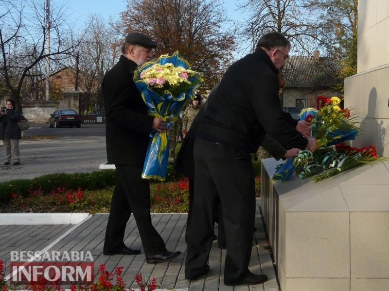 5a13e14c8c198_P1140620 Четвертая годовщина начала Евромайдана: в Измаиле горожане несли цветы к памятнику Кобзарю
