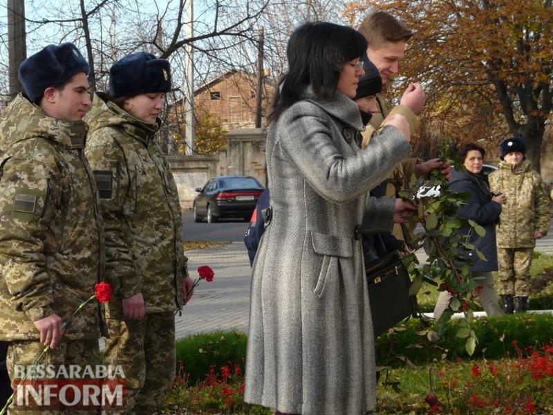 5a13e1f370567_P1140637 Четвертая годовщина начала Евромайдана: в Измаиле горожане несли цветы к памятнику Кобзарю