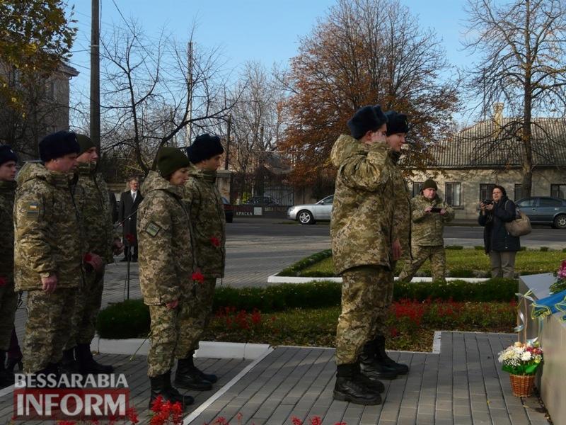 5a13e1f8c33f5_P1140640 Четвертая годовщина начала Евромайдана: в Измаиле горожане несли цветы к памятнику Кобзарю