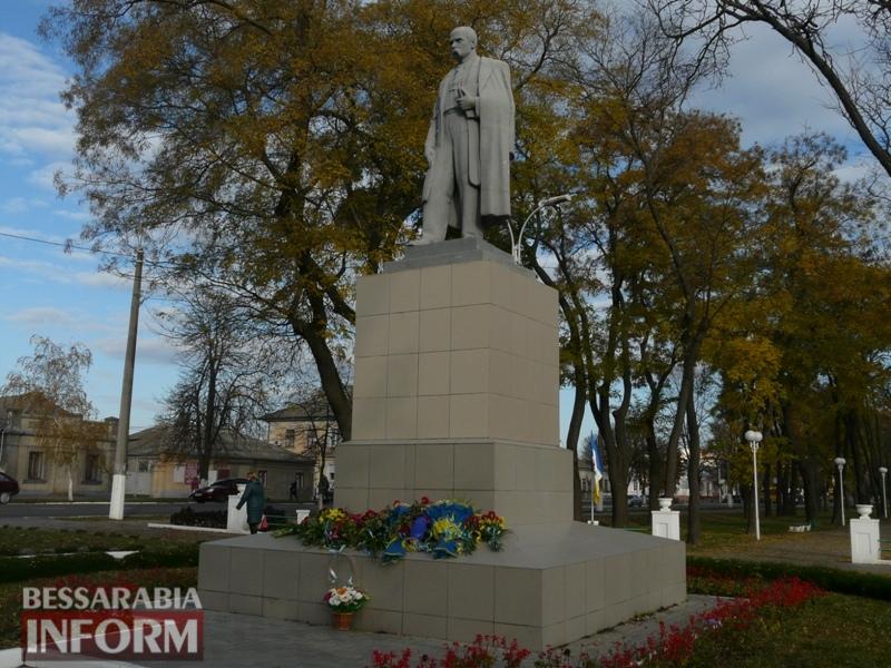 5a13e1fce0bca_P1140646 Четвертая годовщина начала Евромайдана: в Измаиле горожане несли цветы к памятнику Кобзарю