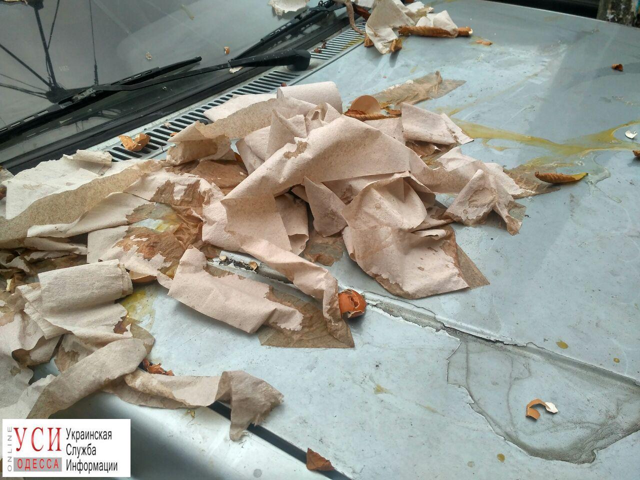 photo5190617627217733867 В Одессе неправильно припаркованный автомобиль забросали туалетной бумагой и яйцами