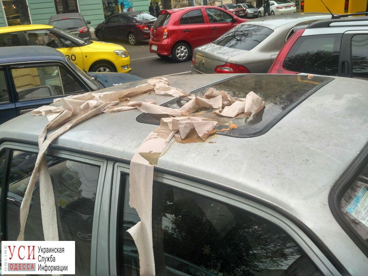 photo5190617627217733869 В Одессе неправильно припаркованный автомобиль забросали туалетной бумагой и яйцами