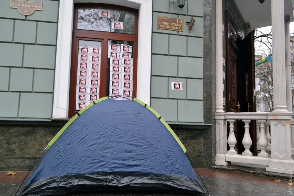 """picturepicture_151178133918312049205481_67975 Арест экс-лидера одесского """"Правого сектора"""" спровоцировал протесты под зданием областной прокуратуры"""